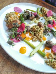 Pomme de terre, poireau, asperge, radis melon, purée de jaune d'oeuf fumé et avoine | Restaurant Les 400 coups du Vieux-Montréal